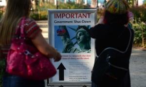 ფოტო: Emmanuel Dunand/AFP/Getty Images საინფორმაციო დაფა, რომელიც ტურისტებს აუწყებს, რომ თავისუფლების ქანდაკება დროებით მნახველთათვის დახურულია, ფედერალური მთავრობის დათხოვნის გამო.